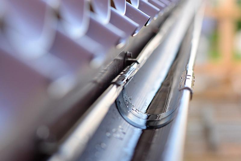 Afwassen en uitkuisen van dakgoten